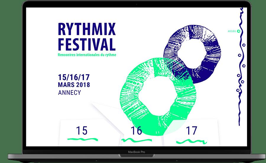 Photo d'un ordinateur. Dans l'écran, on voit l'accueil du site du festival fictif Rythmix. Il reprend des formes vectorisées vertes fluos et bleues foncées, avec le titre du festival et les dates.