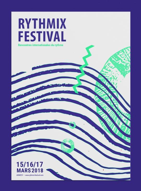 Affiche pour le festival fictif Rythmix. Elle présente le nom du festival en haut à gauche et les dates en bas à gauche. Des motifs verts fluos et bleus foncés ornent l'affiche. Il sont en forme de cercles, de serpentin et de vagues.