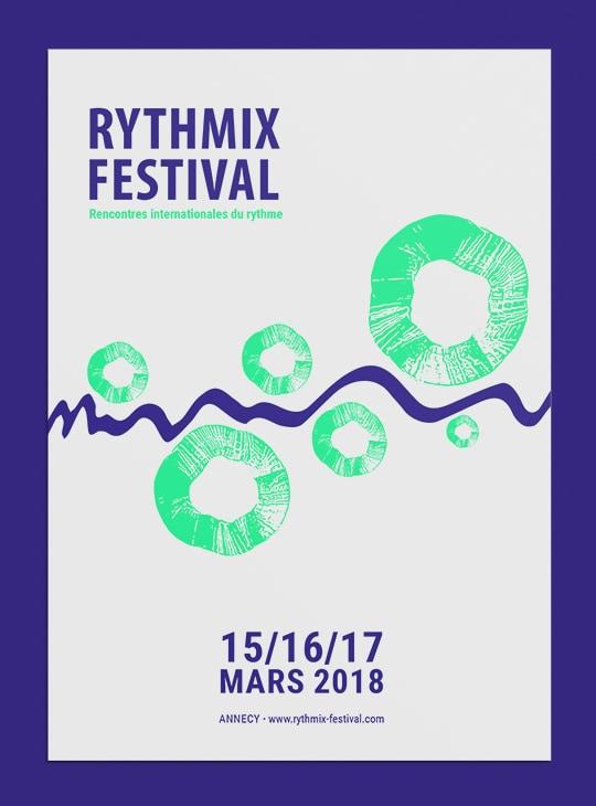 Affiche pour le festival fictif Rythmix. Elle présente en haut à gauche le nom du festival et en bas au centre les dates. Une ligne bleue floncé en vague traverse la largeur de l'affiche. Dans certains creux de la vague, il y a des cercles verts.