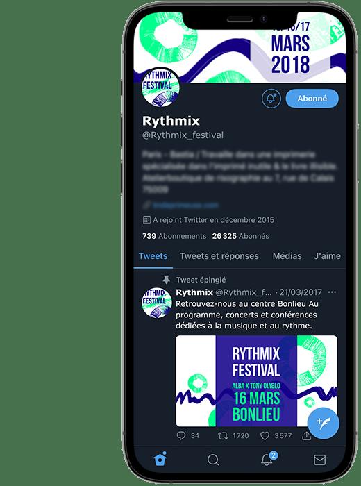 Photo d'un smartphone. Dans l'écran on voit le profil Twitter du festival fictif Rythmix, avec sa photo de profil, sa couverture et un premier post. Les motifs et couleurs reprennent celles du site.