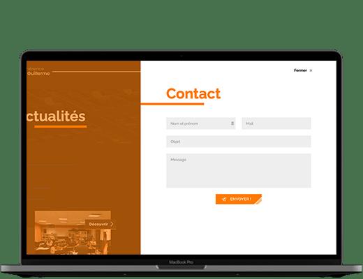 Photographie d'un ordinateur. Dans l'écran, on voit l'onglet contact du site. Sur fond blanc, on voit un formulaire de contact.
