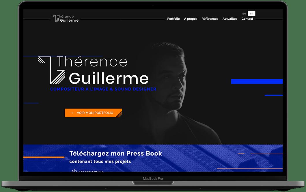 Photographie d'un ordinateur. Dans l'écran, on voit la page d'accueil du site de Thérence Guillerme. La page est sur fond noir, on voit le nom de thérence et sa photo.