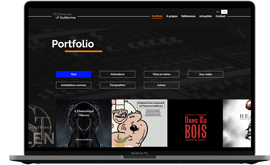 Photographie d'un ordinateur. Dans l'écran, on voit la page portfolio du site. Sur fond noir, on retrouve une série de filtre, suivi d'une galerie photos correspondant aux différents projets de Thérence.