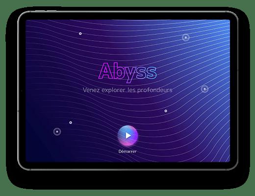 Tablette avec dans l'écran, l'écran d'accueil de l'application Abyss. Dans le fond, un dégradé bleu et violet avec des vagues et des bulles. Il y a le logo Abyss, puis en dessous écrit