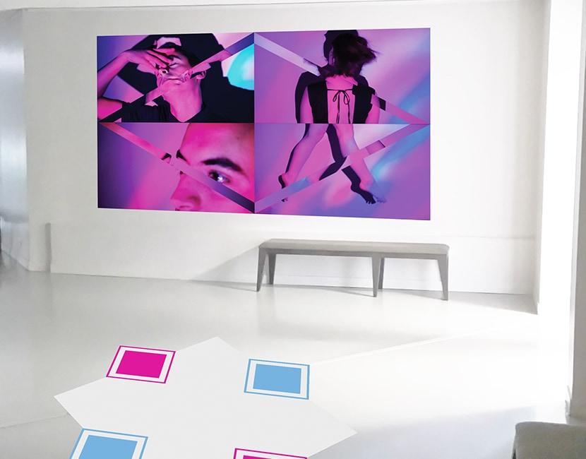 Montage de mise en situation du projet Twist & Move dans les locaux de Bonlieu. On voit une schéma du tapis au sol, et au mur des captures des vidéos de mouvements. Le tapis est un losange gris clair, avec 4 cases carrées qui sont placées sur les côtés du losange. Il y a 2 cases roses et 2 cases bleues. Au mur, les images représente des personnes en plein mouvement, dans des dégradés roses et bleue