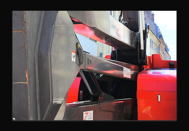 Photographie d'un gros plan d'une machine de chantier rouge et grise.