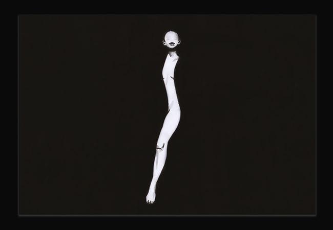 Illustration noire et blanche, d'une femme à moitié nue. On aperçoit sa tête, un bout de son ventre et une de ses jambes. Le reste de son coprs se confond avec le fond noir de l'image.
