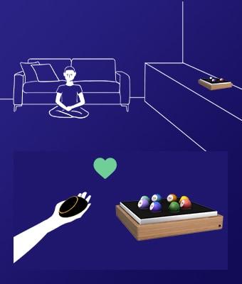 Sur fond bleu foncé, illustration au trait blanc, d'une personne en train de méditer devant un canapé. Sur un meuble à côté d'elle, il y a le boitier Oo'ly avec des Oo' dedans. En dessous, il y a une autre illustration, avec le boîtier Oo'ly rempli de Oo', et juste le bras d'une personne avec le Pod dans la main. Il y a un coeur vert entre les deux.